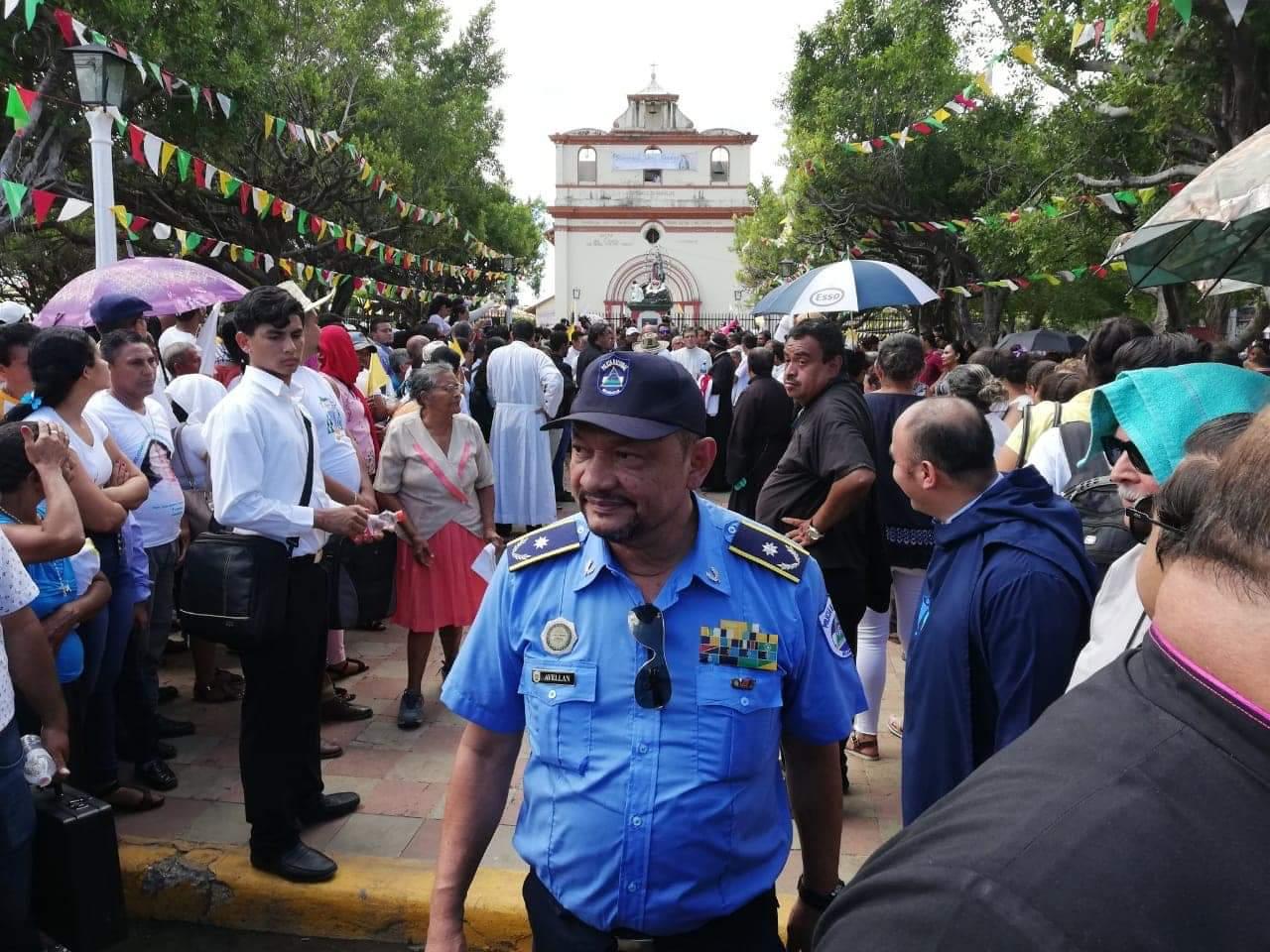 Avellán es visto con desdén por los feligreses que se encontraban en la entrada de la Catedral de León.