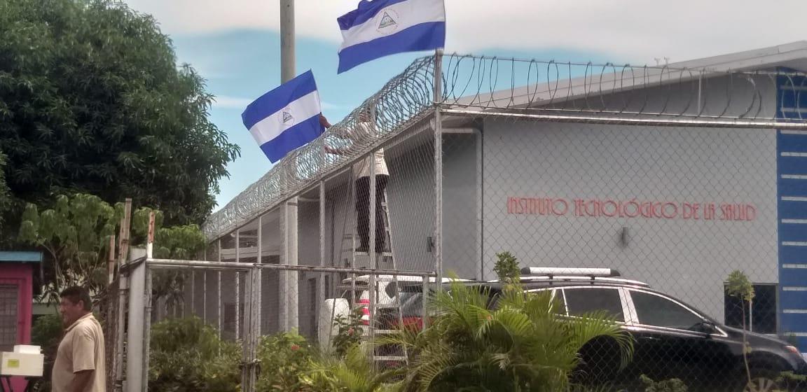 Dictadura ordena llenar las calles e instituciones con banderas azul y blanco. Foto: Artículo 66