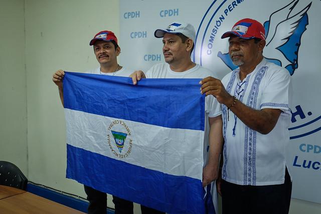 A la derecha de la foto, el líder campesino Freddy Navas durante una conferencia con los también dirigentes Medardo Mairena y Pedro Mena