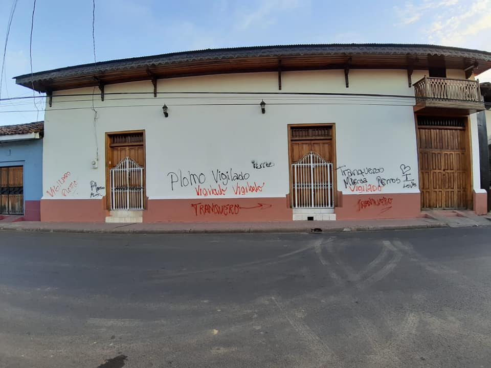 Paramilitares realizan pintas en las paredes de la vivienda de Aníbal Toruño y Radio Darío. Foto: Tomada de Facebook