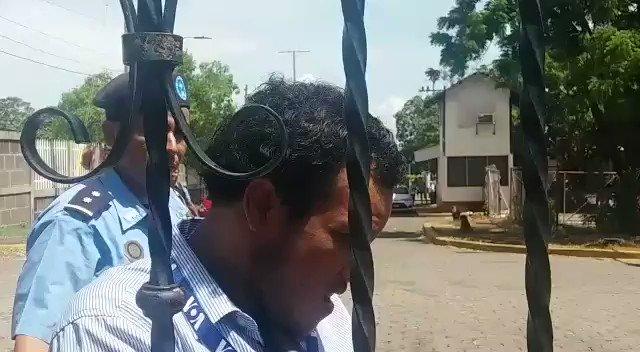 Policía orteguista agrede e intenta robar equipo a periodista independiente