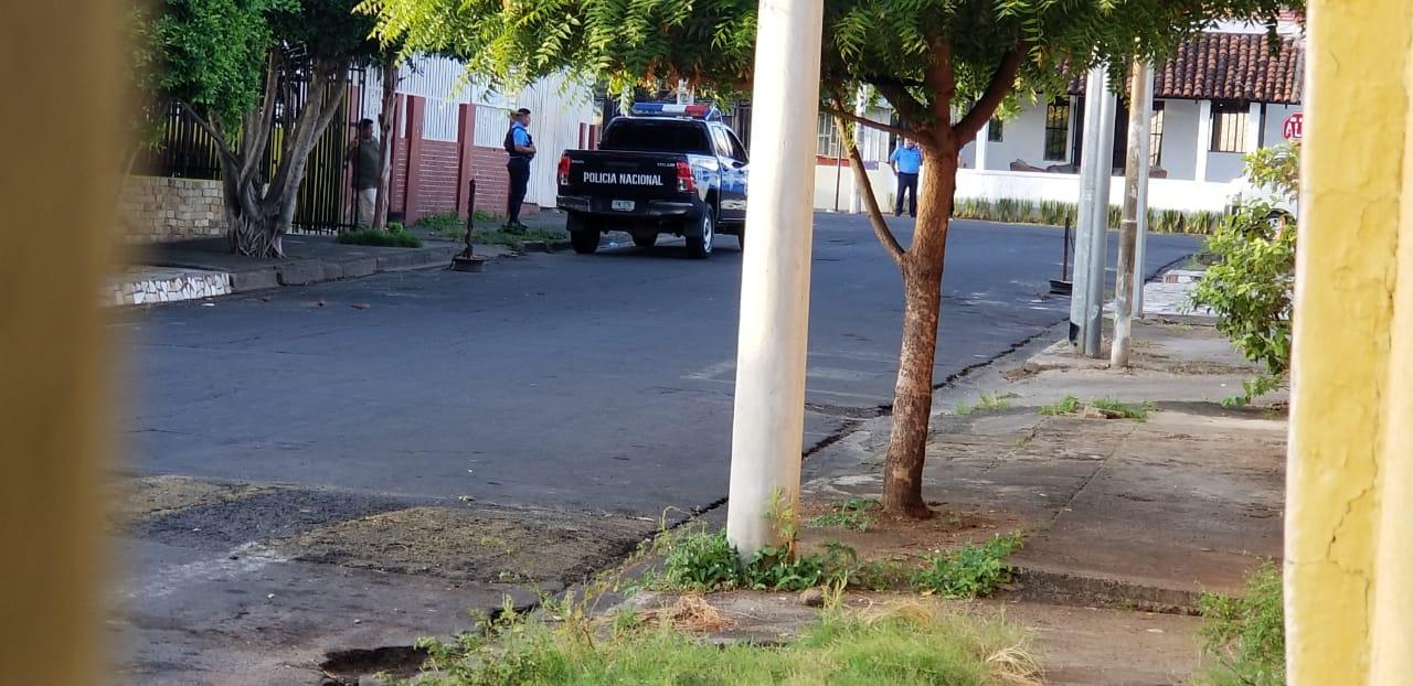 Policía orteguista asedia las instalaciones de Radio Corporación. Foto: La Corporación