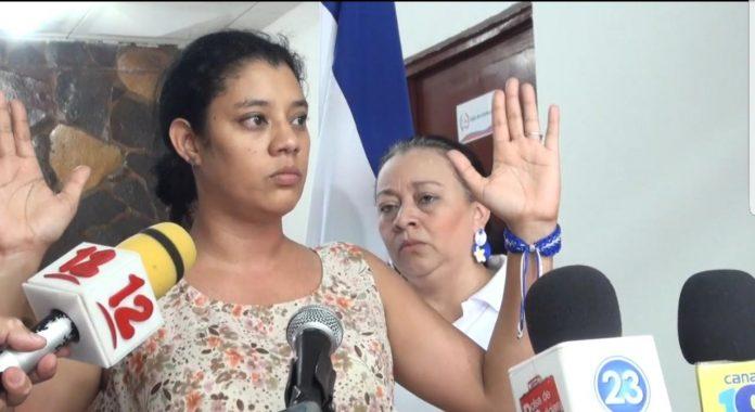 Policía orteguista detiene y agrede a miembro de CxL por portar la bandera de Nicaragua.
