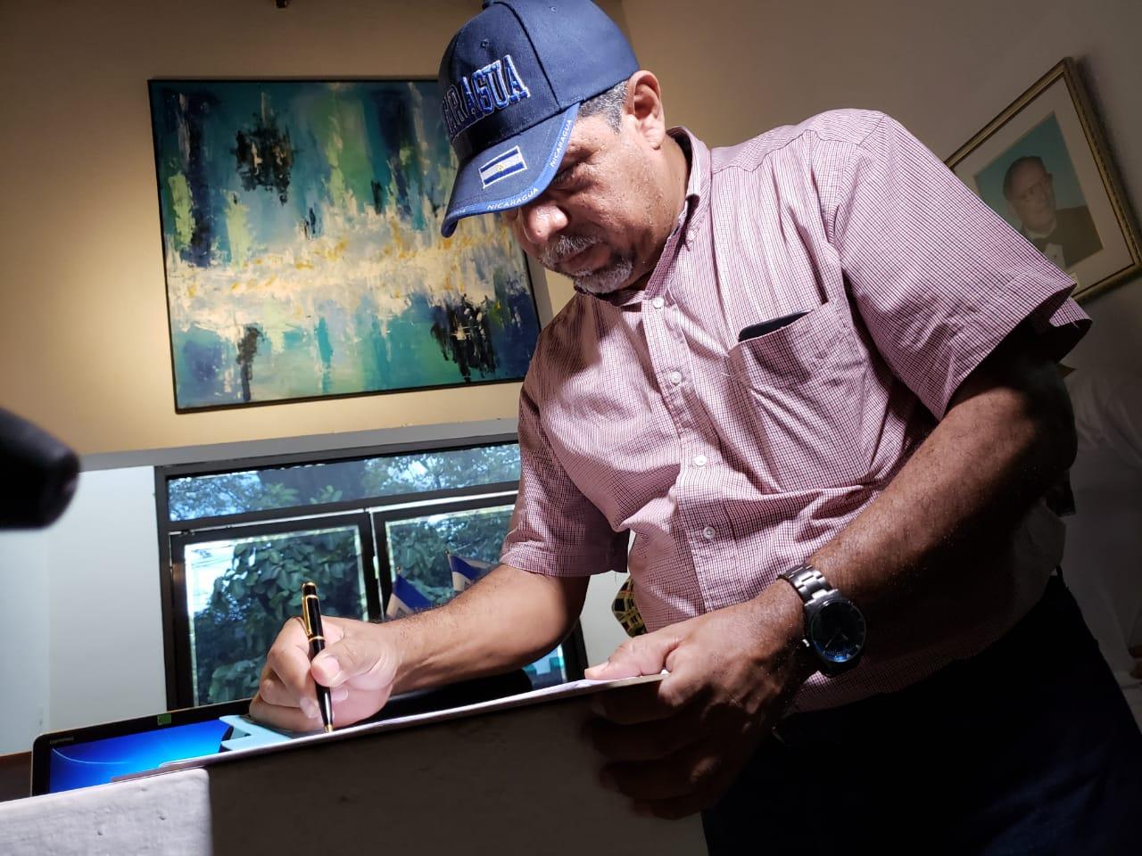 Exreo político y líder campesino Freddy Navas firmando iniciativa del ley para la liberación de los presos políticos. Foto: Geovanny Shiffman/Artículo 66