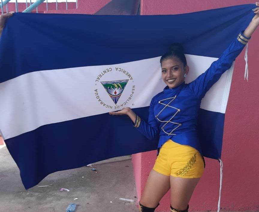 Expulsan por 15 días a estudiante por invertir la bandera de Nicaragua en símbolo de protesta. Foto: Tomada de internet