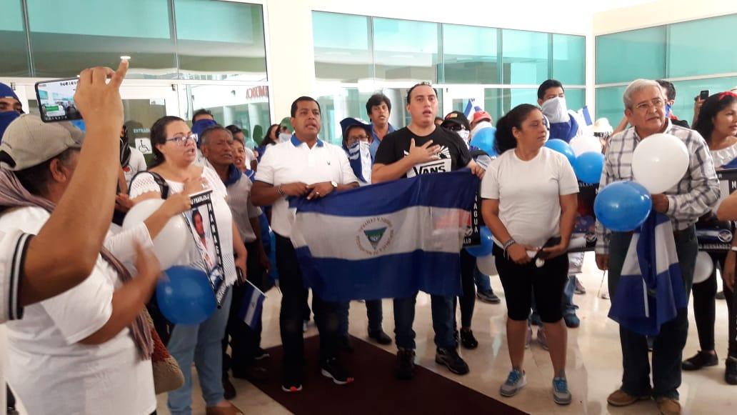 Félix Maradiaga, miembro de la UNAB, junto a autoconvocados. Foto: Karen Díaz / Artículo 66