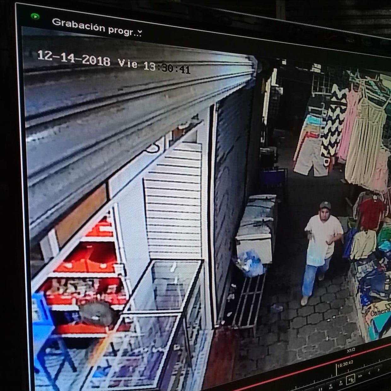 Álvaro Mayorquín (camisa blanca) a la misma hora que la supuesta víctima asegura que la asaltaron.
