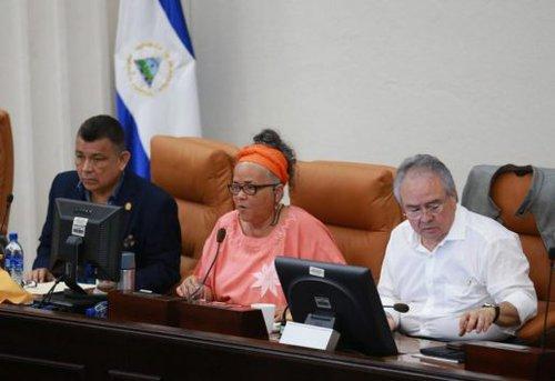 Diputados orteguistas arremeten en contra la Azucena Castillo del PLC