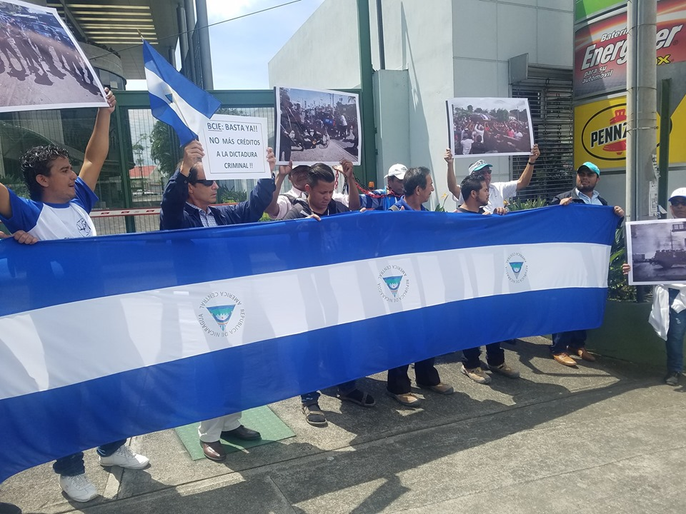 Exiliados en Costa Rica se plantan frente al BCIE y exigen que deje de oxigenar a la dictadura. Foto: Cortesía