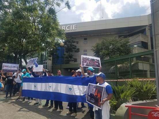 Nicas en Costa Rica protestan frente al BCIE y exigen que no siga oxigenando a la dictadura. Foto: ADNIC
