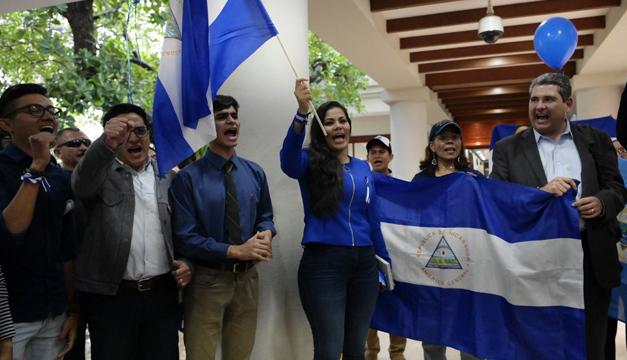 Miembros de la UNAB, ACJD, exreos políticos después de haberse reunido con la Comisión del Alto Nivel de la OEA, en El Salvador. Foto: Tomada de Internet