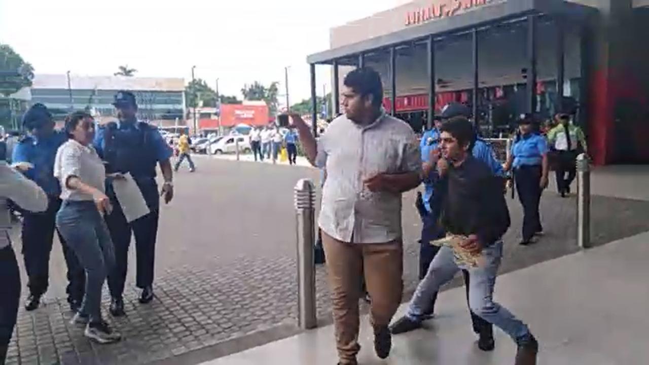Agreden a periodistas y manifestantes. Imagen: Captura de pantalla.