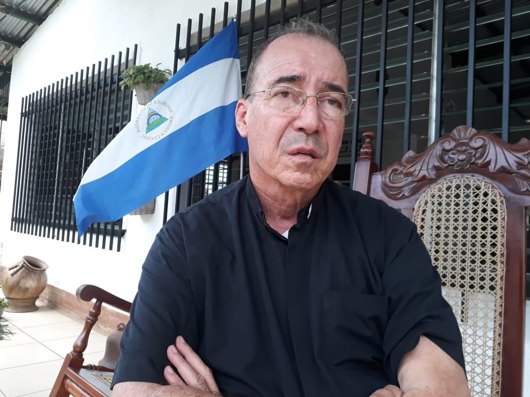 Policía orteguista retuvo al padre Edwin Román, mientras se dirigía hacia Granada