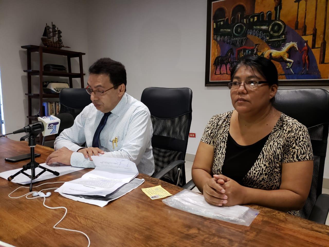 Xiomara Espinoza Reyes, esposa del exreo político junto al abogado defensor, Julio Montenegro. Foto: G. Shiffman / Artículo 66