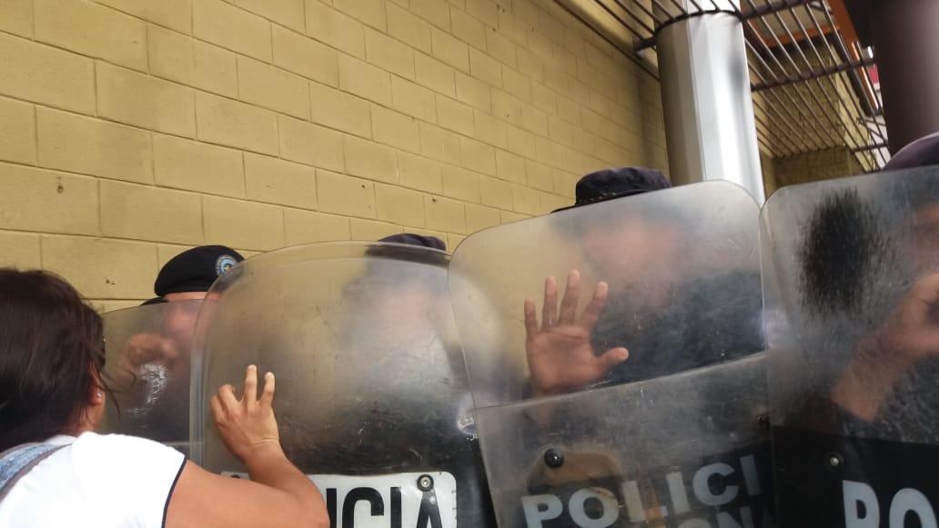 Policía orteguista agrede a manifestantes y periodistas en un plantón en la Plaza Alexis Argüello. Foto; María Gómez/Artículo 66