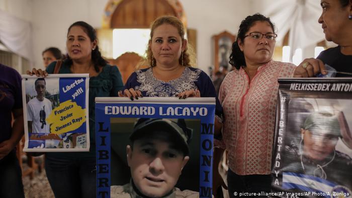 Alvarado junto a la esposa de su hijo permanecieron por nueve días en huelga de hambre, en la Iglesia San Miguel Arcángel, en Masaya. Foto: Cortesía / Artículo 66