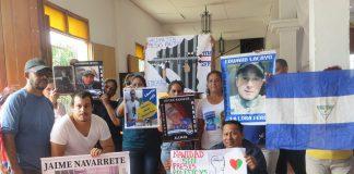 Policía orteguista asedia a familiares de presos políticos que realizan una huelga de hambre exigiendo justicia y libertad. Foto: Noel Miranda/Artículo 66