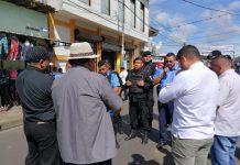 Policía bloquea el paso a un grupo de sacerdotes que se dirigían a la iglesia San Miguel en Masaya. Foto: Cortesía
