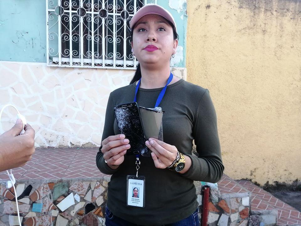 En presencia de la Policía, turbero orteguista arrebata y destruye celular a periodista de La Prensa. Foto. Noel Miranda/Artículo 66