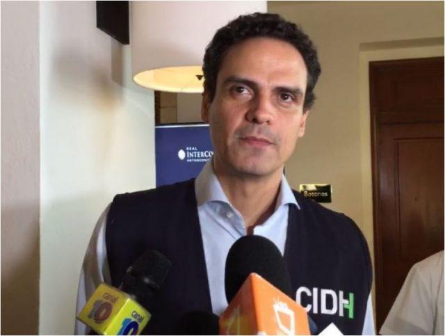 Paulo Abrão, secretario de la CIDH, denuncia asedio policial e impedimento de pasar agua a familiares de presos políticos
