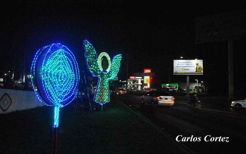 Dictadura orteguista llena de luces navideñas Managua en su afán de vender normalidad. Foto: Carlos Cortez/El 19 Digital