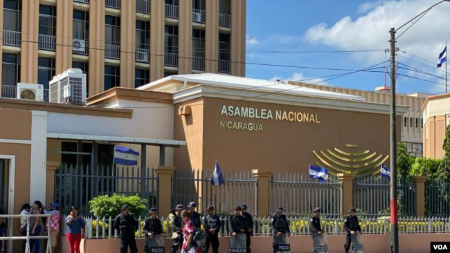 Policía orteguista asedia a familiares de presos políticos. Foto: Cortesía/VOA
