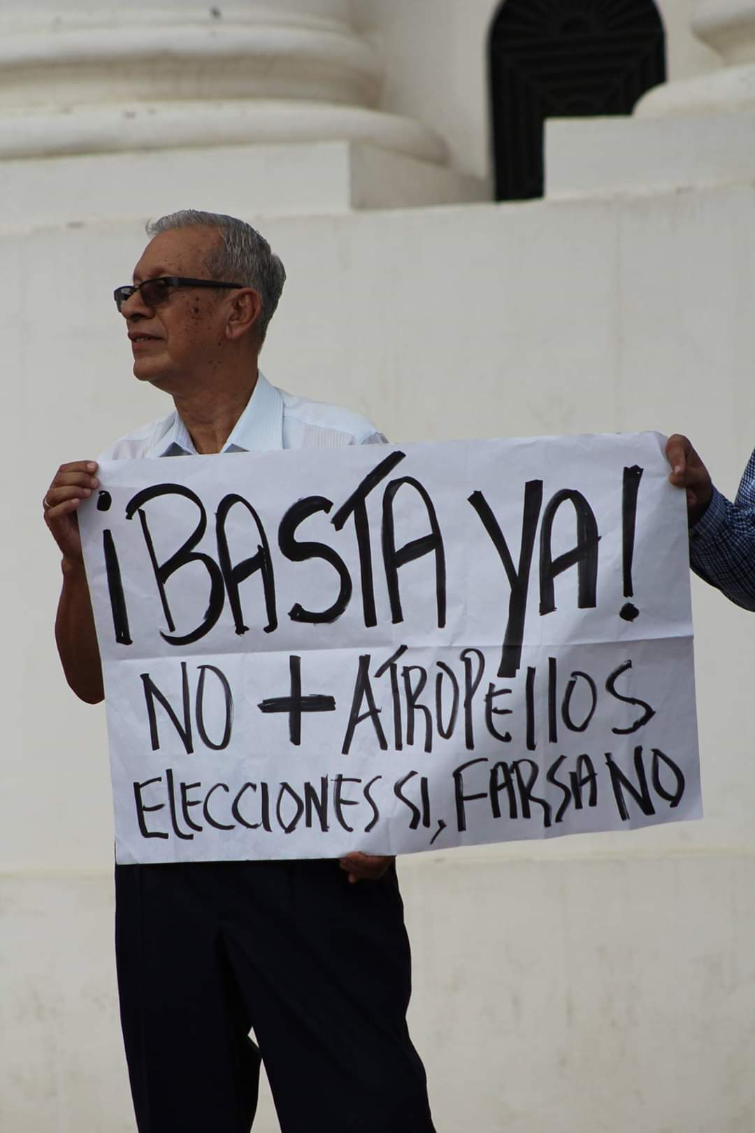El doctor Arnoldo Toruño durante una protesta en León contra el fraude electoral y las farsas montadas por Ortega para atornillarse en el poder.