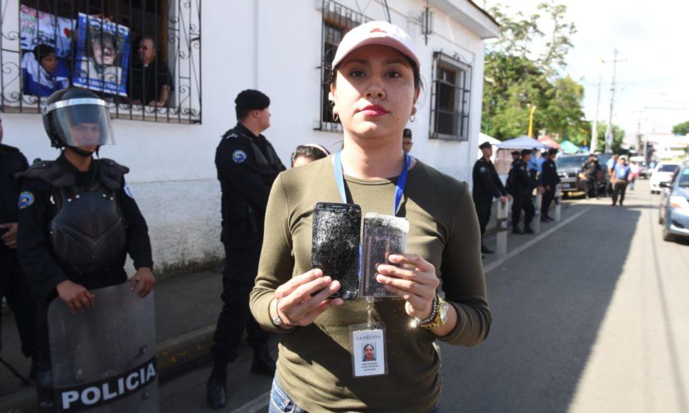 La periodista Lidia López, reportera del diario La Prensa fue atacada por un orteguista que le destruyó su equipo de transmisión a vista y paciencia de la Policía. Foto: La Prensa