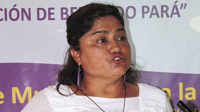 Defensora de derechos humanos Reyna Martínez denuncia asedio policial en frente de su casa