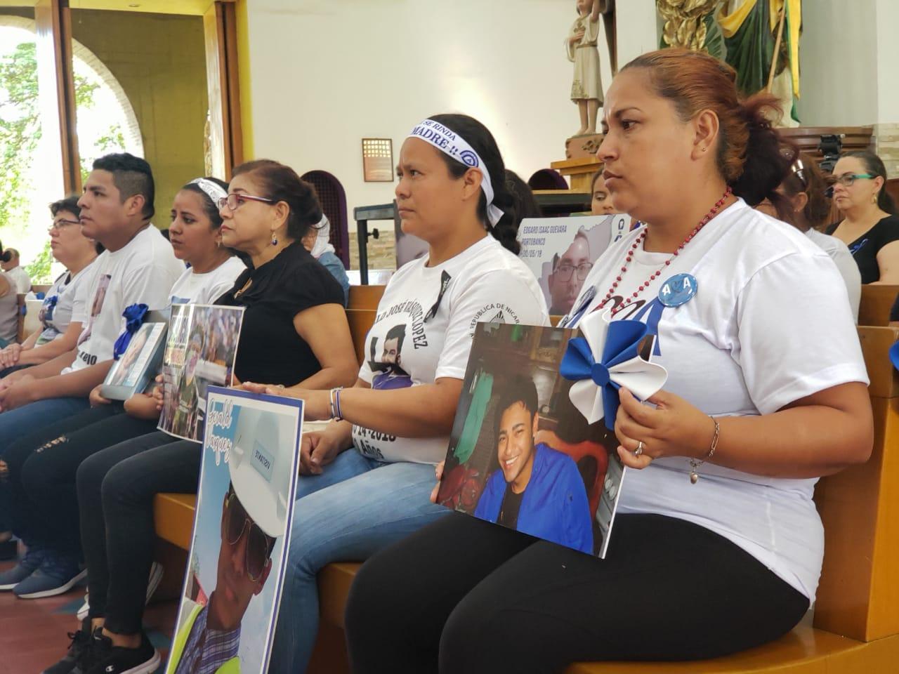 Madres de nicaragüenses asesinados por el régimen de Daniel Ortega ofrecen misa a sus deudos. Foto: G. Shiffman / Artículo 66