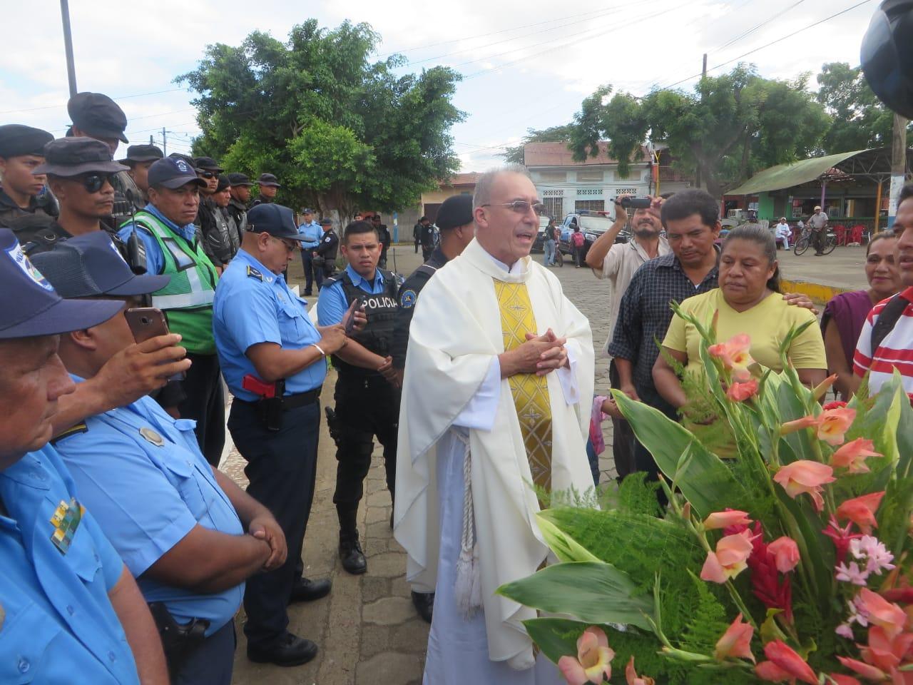 El padre Edwin Román en un intentó de entrar al templo con los feligreses. Foto: Noel Miranda / Artículo 66