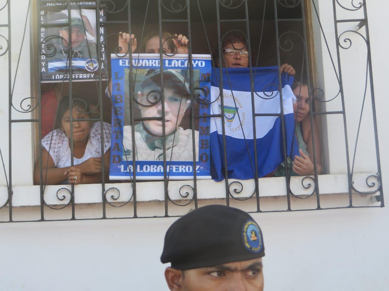 Policía orteguista mantiene cercada la iglesia San Miguel sin dejar salir a manifestantes. Foto: Noel Miranda/Artículo 66