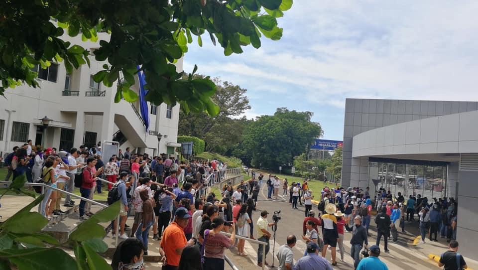 Pese al asedio de decenas de patrullas los universitarios realizaron la protesta en respaldo a la Iglesia Católica. Foto: Cortesía