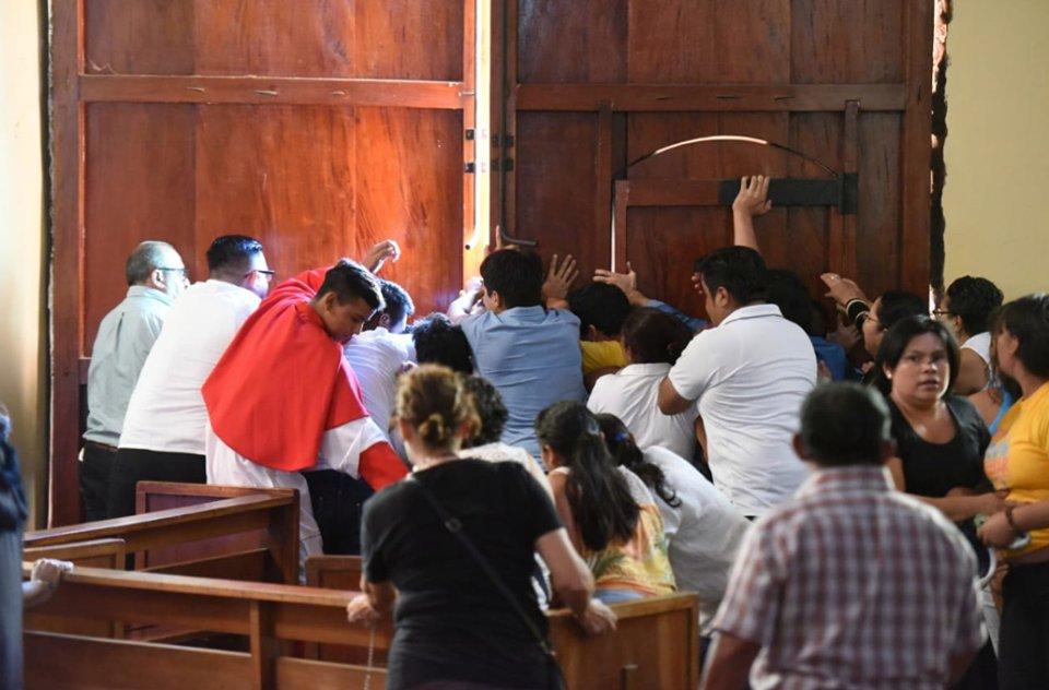 Turbas orteguistas intentan ingresar a la iglesia San Juan Bautista, tras jornada de oración. Foto: Cortesía
