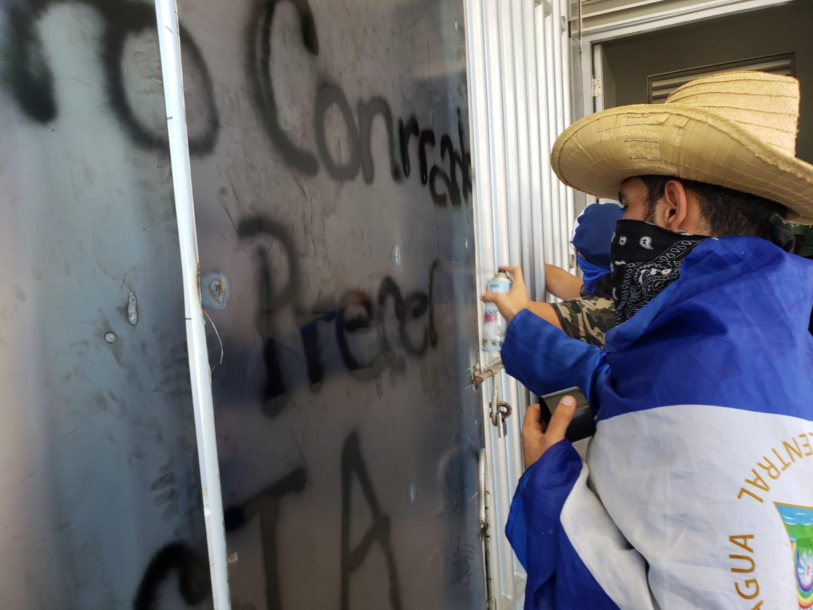Los universitarios como una nueva forma de protesta realizaron pintas en uno de los portones de la UCA. Foto: G. Shiffman / Artículo 66