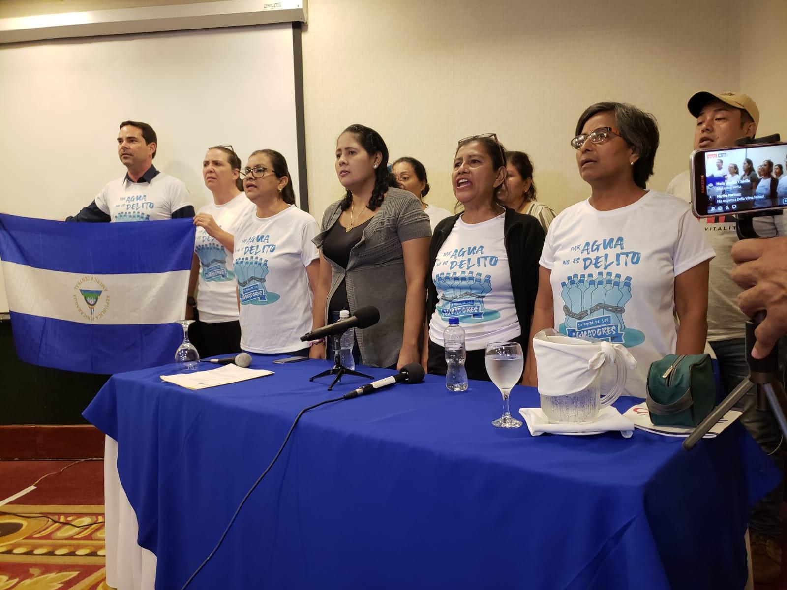 """Familiares de los 16 presos políticos """"banda los aguadores"""" durante su denuncia ante el Cenidh. Foto: G. Shiffman / Artículo 66"""