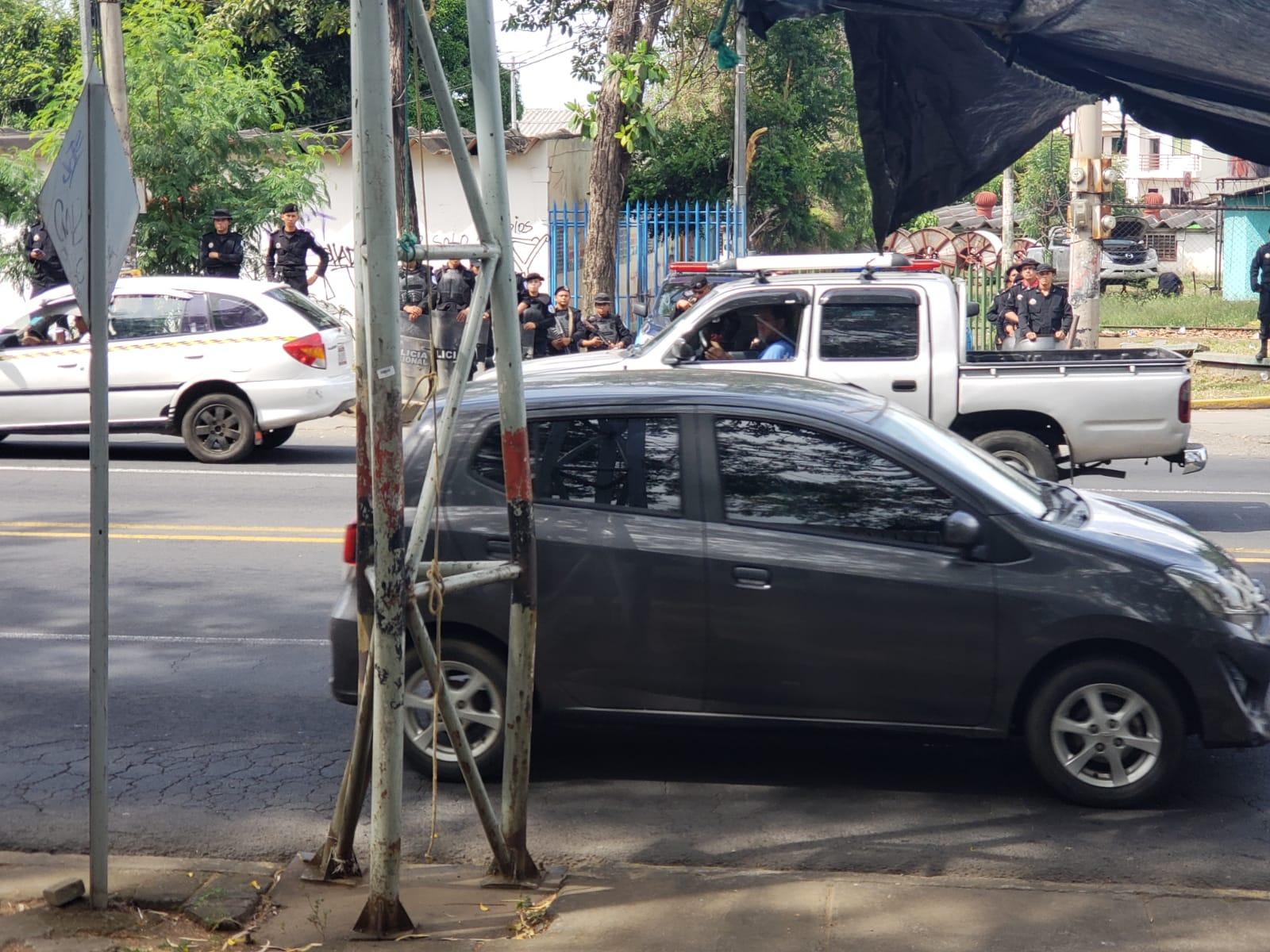 Oficiales de la DOEP fieles a la dictadura se apostaron en las afueras del recinto. Foto: G. Shiffman / Artículo 66