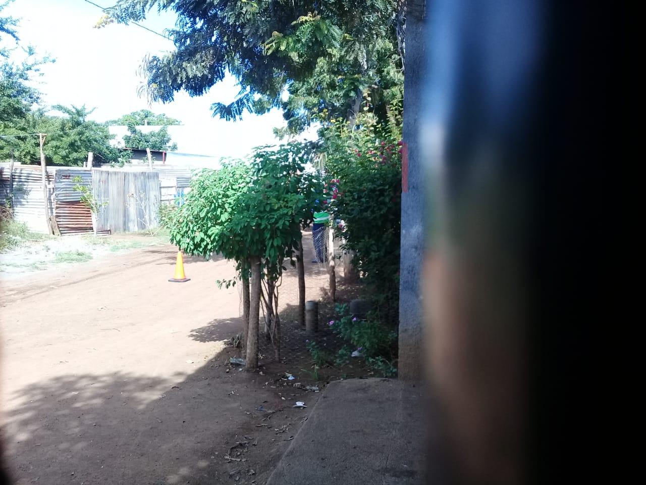 Los oficiales se apostaron alrededor de la casa de la defensora de derechos humanos. Foto: Cortesía / Artículo 66