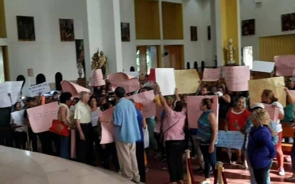 Turbas orteguista desalojan y entregan la Catedral de Managua