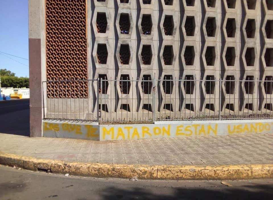 Una de las pintas de ofensas que realizaron fanáticos orteguistas en las afueras de la Iglesia Santo Domingo, en Managua, donde se realizó la graduación en memoria a Álvarito Conrado. Foto: Cortesía / Artículo 66