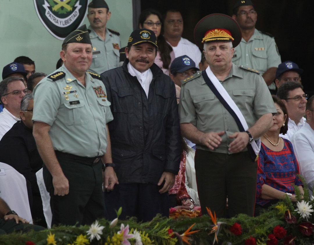 El jefe del Ejército, general Julio César Avilés, junto a Daniel Ortega, presidente de Nicaragua, y un militar ruso. Foto: Cortesía