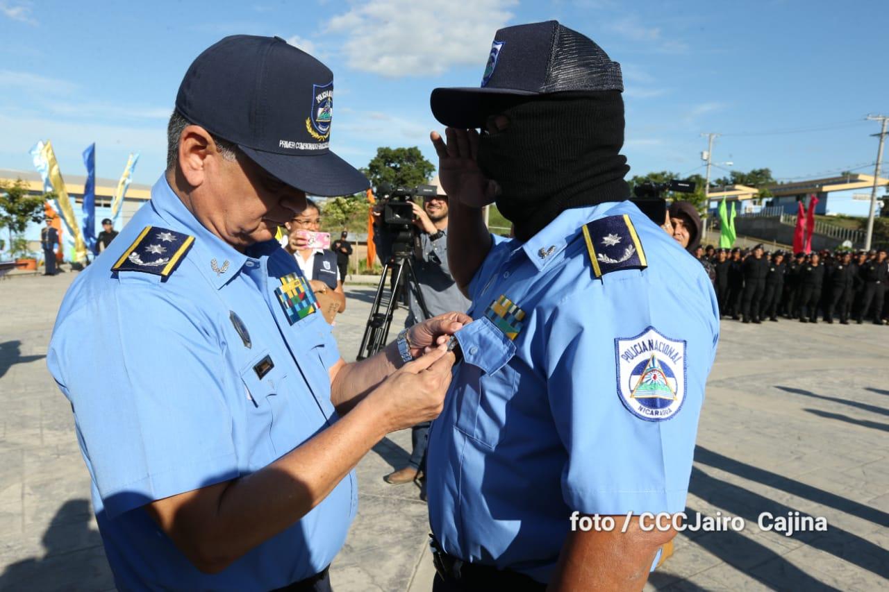 """La Policía condecoró encapuchado a un comisionado general por la balacera donde murieron dos policías y tres civiles, entre ellos """"Chabelo"""""""