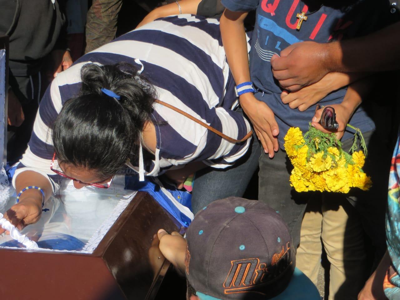 Durante la misa de cuerpo presente, la viuda de Chabelo exigió justicia. Foto: Noel Miranda / Artículo 66