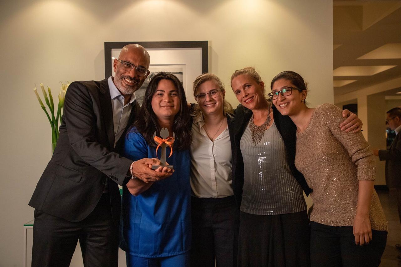 Victoria Obando recibió el premio Tulipán de Derechos Humanos de manos del embajador de Holanda Peter Peter-Derrek Hof. Foto: Cortesía