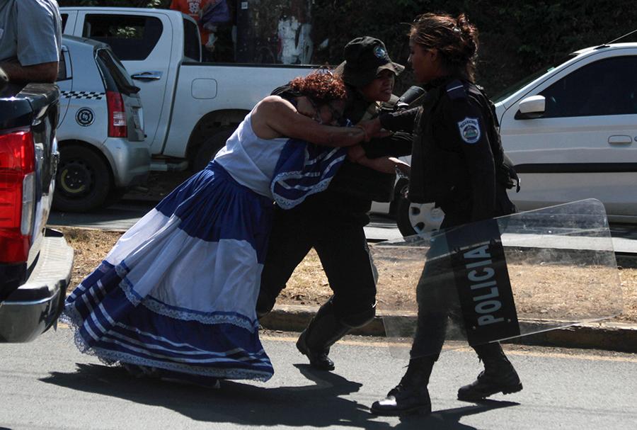 Policía Nacional agrede a manifestantes. Foto: La Prensa.