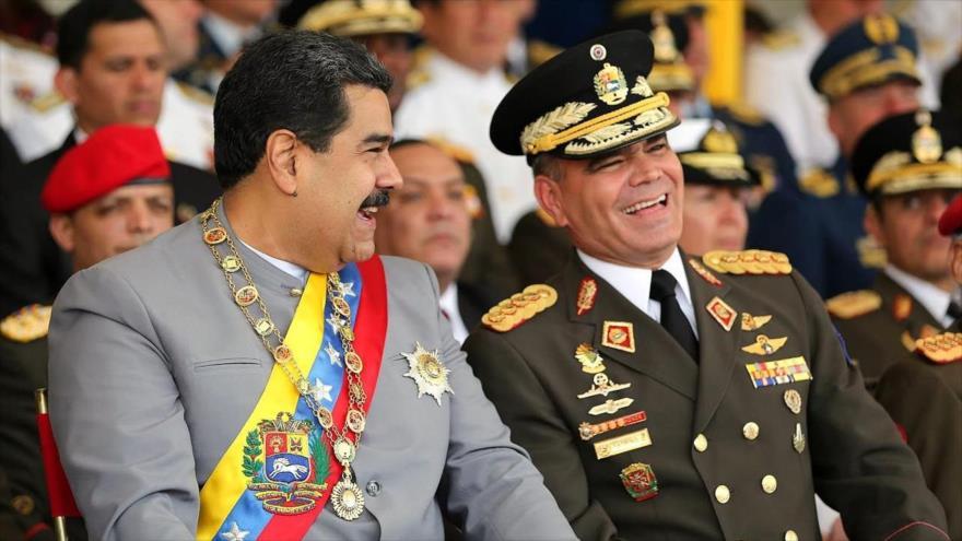 Vladimir Padrino López, ministro de la Defensa junto al dictador, Nicolás Maduro. Foto: Tomada de Internet