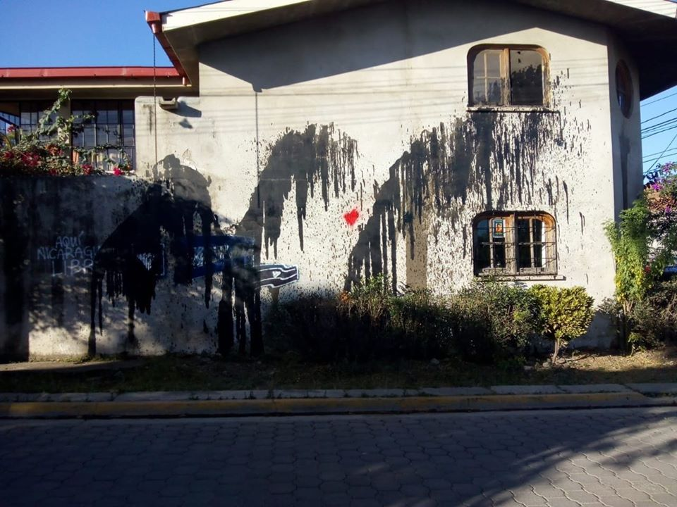 Fanáticos orteguistas vierten aceite hidráulico en la casa de Amaya Coppens