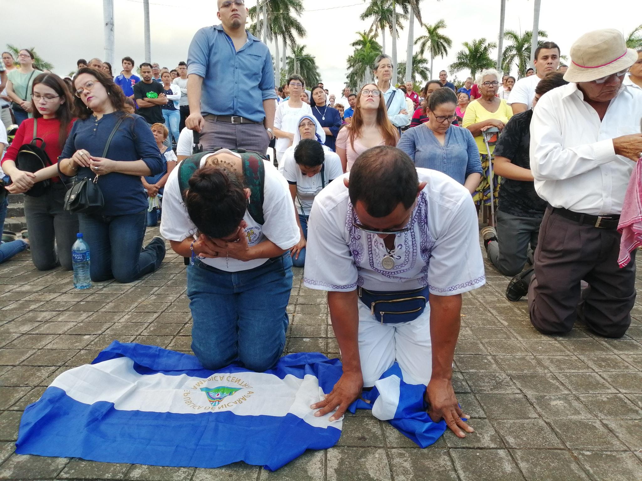 Las banderas de Nicaragua formaron parte de la actividad religiosa. Foto: Noel Miranda / Artículo 66