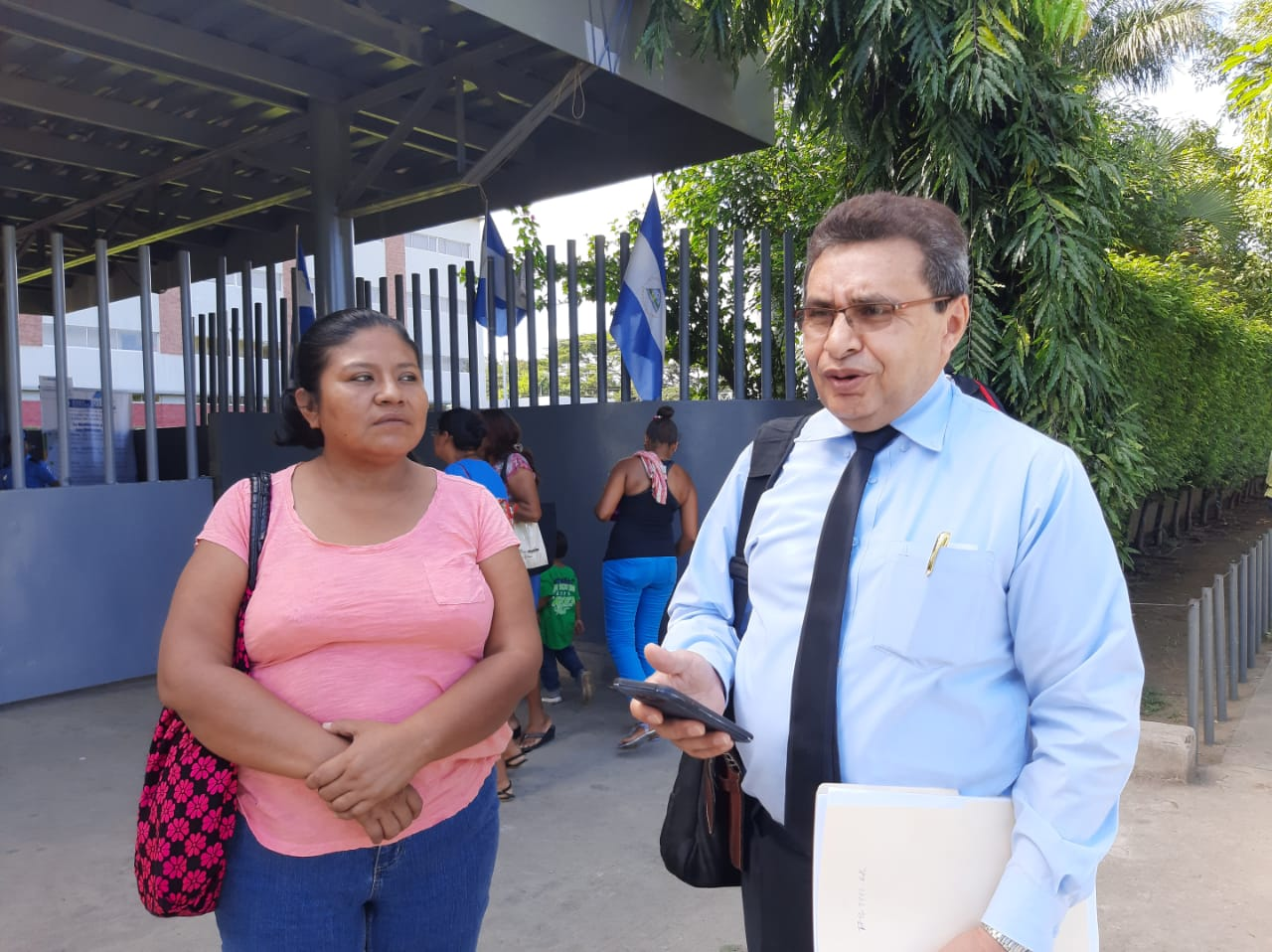 Ruth Martínez, hermana del preso político y Julio Montenegro, abogado defensor. Foto: Cortesía / La Prensa