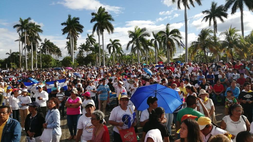 Feligreses aprovecharon la procesión para alzar las banderas de Nicaragua. Foto: Noel Miranda / Artículo 66